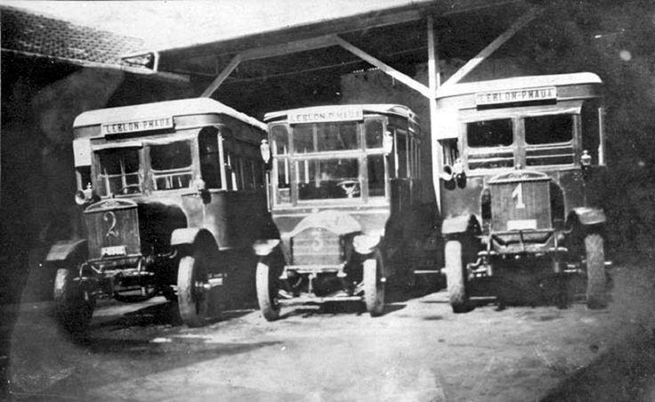 Linha Mauá - Leblon - Viação Excelsior A linha de ônibus entre a praça Mauá e o bairro do Leblon, no Rio de Janeiro, foi inaugurada em 23 de abril de 1928 pela Viação Excelsior. A foto, de 1931, mostra três carros dessa linha na garagem. http://oriodeantigamente.blogspot.com.br/2011/01/historia-dos-coletivos-linhas-modelos-e.html