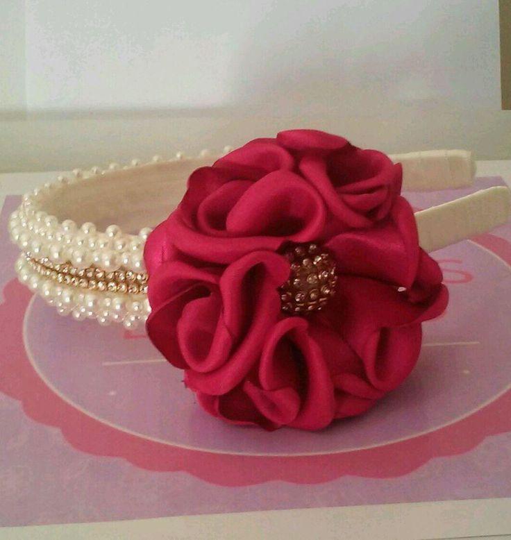 Feito sob encomenda.  Tiara bordada com perolas e strass com flor na cor pink.    Podedo mundar a cor da flor,feito sob encomenta, 12dias para produção.