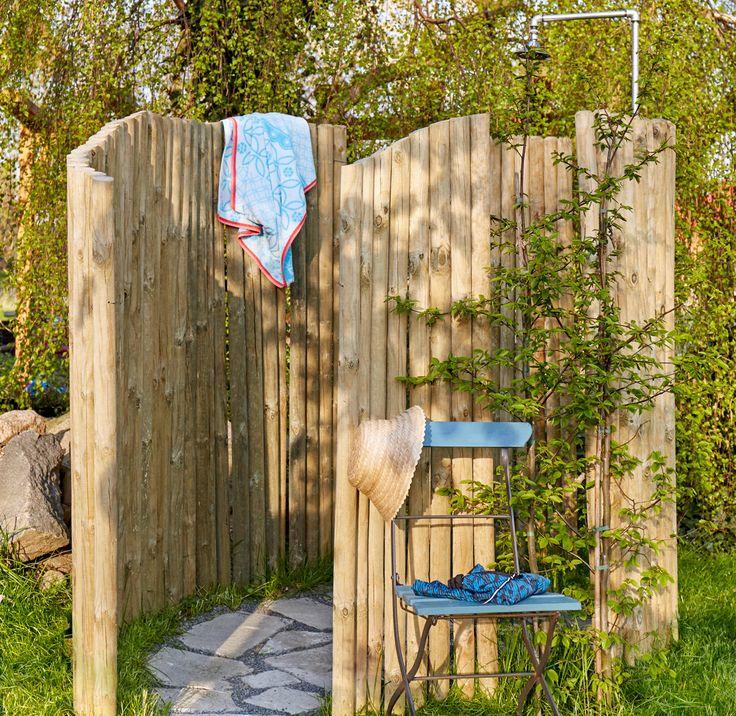 Pour se rafraîchir dans le jardin lors des chaudes journées d'été, rien de tel qu'une douche installée en plein air. Nos conseils pour l'aménager vous-même.