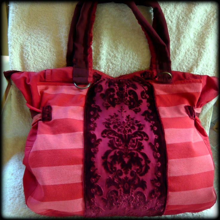 Piros csíkos táska -Handmade by Judy Majoros: Ebbe a nagy méretű pirosas színvilágú táskába minden belefér amit csak egy nő magával akar vinni egy hosszú napra.Utazáshoz, vagy strandtáskának is használható. Újrafelhasznált alapanyagokat használtam a táska elkészítéséhez. A hátsó részén egy gombbal záródó, belsejében pedig 4 különböző méretű zseb található. Cipzárral záródik