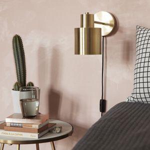 Applique murale en métal doré, signée Hübsch. Pratique, un interrupteur on/off se situe sur le câble noir, vous permettant de l'utiliser comme liseuse dans une chambre parentale.