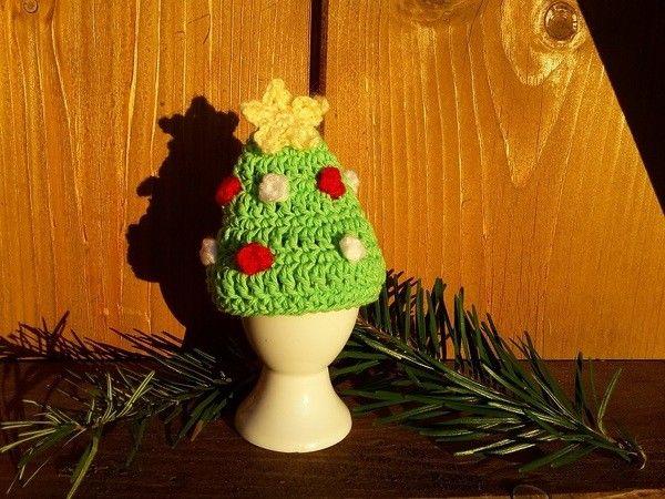 Der Winter und vor allem Weihnachten steht vor der Tür! Häkle dir den weihnachtlichen Eierwärmer, um deinen Frühstückstisch der Jahreszeit anzupassen. Der Eierwärmer ist schnell gehäkelt und die Anleitung ist mit Bildern veranschaulicht, sodass sic