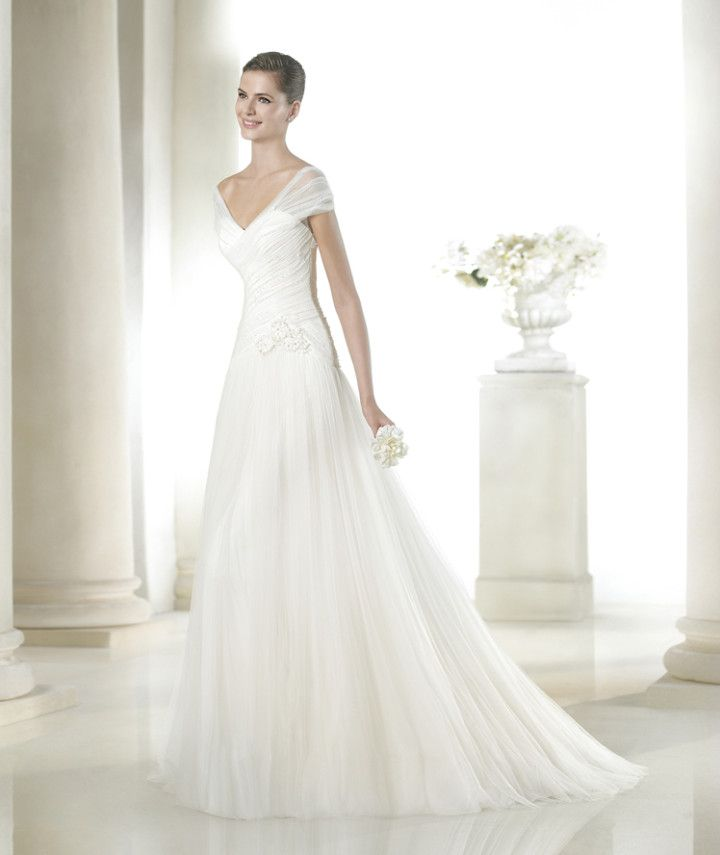 We love the tulle shoulder straps of this elegant gown. San Patrick 2015 Bridal Collection
