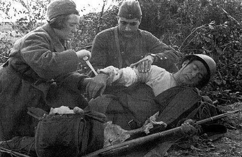 В 1941 г., а особенно к середине 1942 г., огромная территория европейской части страны, на которой традиционно велись заготовки лекарственного сырья, была оккупирована врагом. Возникла необходимость срочно организовать заготовку на Урале, в восточных районах страны, в Средней Азии и Закавказье, тем более что фронт и население тыла остро нуждались в перевязочных средствах и антисептиках, витаминных и тонизирующих препаратах. Для всего населения сбор лекарственных растений стал делом…