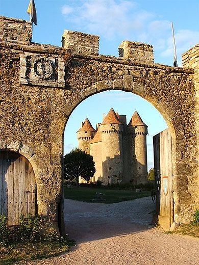 Château de Sarzay Berry > Indre  Le département de l'Indre correspond au Bas-Berry. Une certaine dualité est présente dans l'Indre : le Boischaut Nord et la Champagne sont plutôt tournés vers les anciens pays de langue d'oïl, tandis que la vallée Noire et la Creuse se rapprochent des pays de langue d'oc. Terre de nuances et de contrastes, paisible et sauvage, elle offre un parc naturel régional, plusieurs châteaux d'époque médiévale, nombre d'églises romanes…
