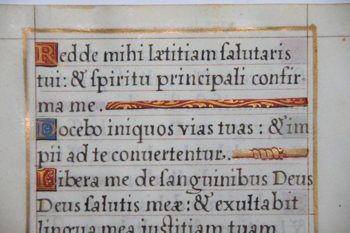 Manuscript; Origineel blad uit een Parijs handschrift - 16e eeuw  Manuscript - Parijs - velijn - 16 x 11 cm Dit 16e-eeuwse manuscript blad komt uit een Latijns Gebedenboek dat geschreven is in Parijs Frankrijk. Dit is een manuscript op velijn (dun perkament - dieren huid) met een aantal kleine mooi gedecoreerde initiaal versieringen. Het tekstblok is omlijnd met een dikke gouden lijn. Het betreft hier een origineel uniek stuk uit de 16e eeuw. Conditie: hoewel meer dan 450 jaar oud is de…