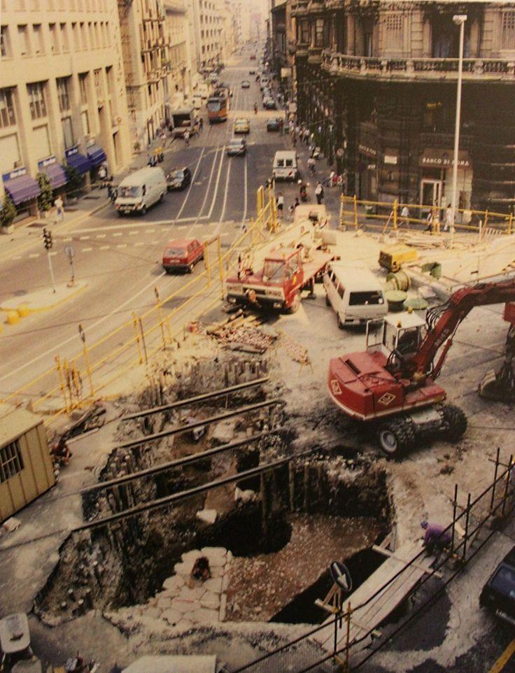 Piazza Missori durante gli scavi della Metropolitana Linea 3 negli anni '90. Si vede il basolato della strada romana, ora nel mezzanino della stazione della metro.