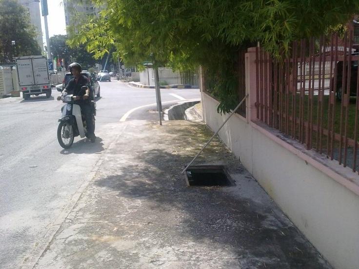 Lubang Kaki Jalan di Jalan Taman Greenview 1, berhampiran persimpangan dengan Lorong Delima 1.. menunggu tindakan dari JKR