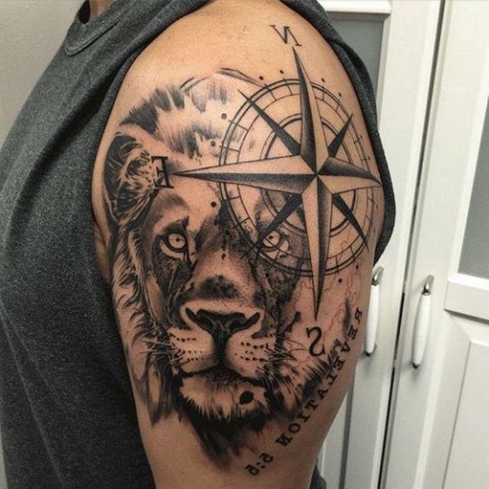 ein großer schwarzer Löwe und ein großer schwarzer Kompass auf der Schulter