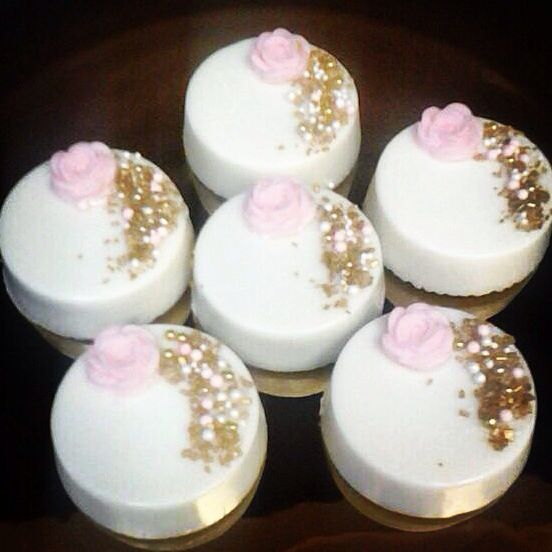 White gold and blush pink Chocolate covered oreos made by Anjolies sweet treats in San Diego, ca. Follow me on Instagram @anjoliessweettreats