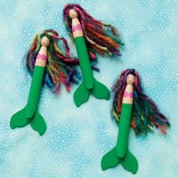 There's nothing fishy about these charming mermaids, made of old-fashioned clothespins, yarn, and paint.    Materials  acrylic paint  peg clothespin  markers  yarn  cardboard  tacky glue  green craft foam  tail template Daily update on my blog: iliketodecorate.com