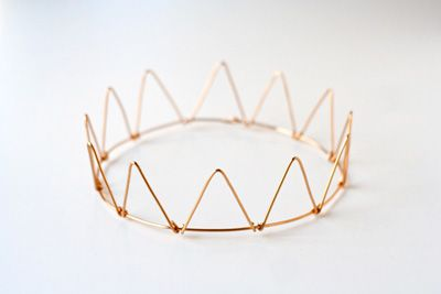DIY Wire Crown tutorial. Afterall, everyone could use a crown some time or another, right? @Isabelle