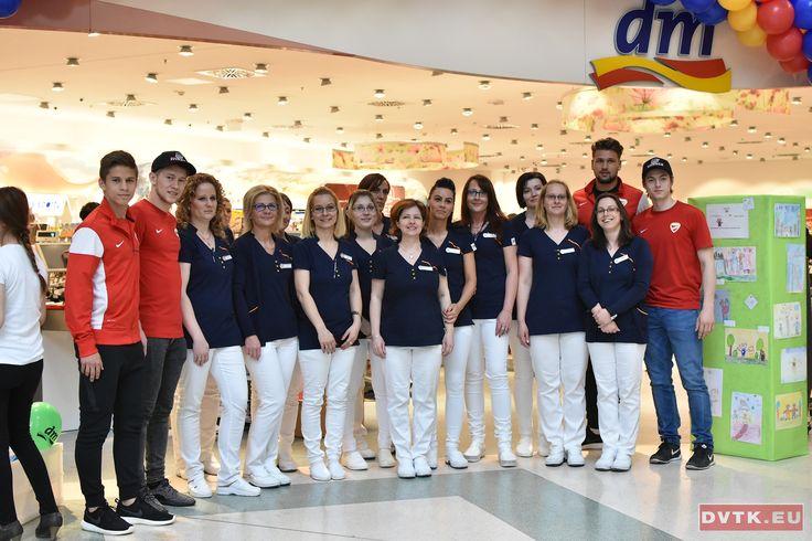 Újabb DM üzlet nyitásánál dolgoztak a DVTK labdarúgói és a DVTK Jegesmedvék jégkorongozói