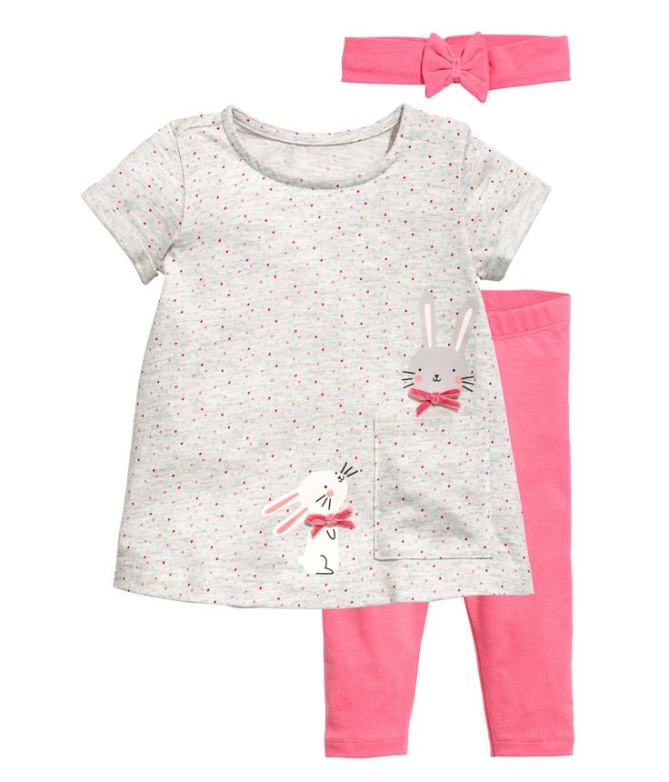 Grey/Pink. Set in soft cotton jersey. Printed dress with a patch front pocket, concealed press-stud on one shoulder and short sleeves with sewn-in turn-ups