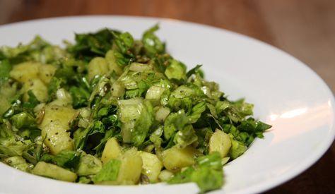 Auch im Herbst lieben wir Salat und jetzt hat Endiviensalat Saison. Mit lauwarmen Erdäpfel und Kürbiskernöl ein tolles steirisches Herbstrezept.