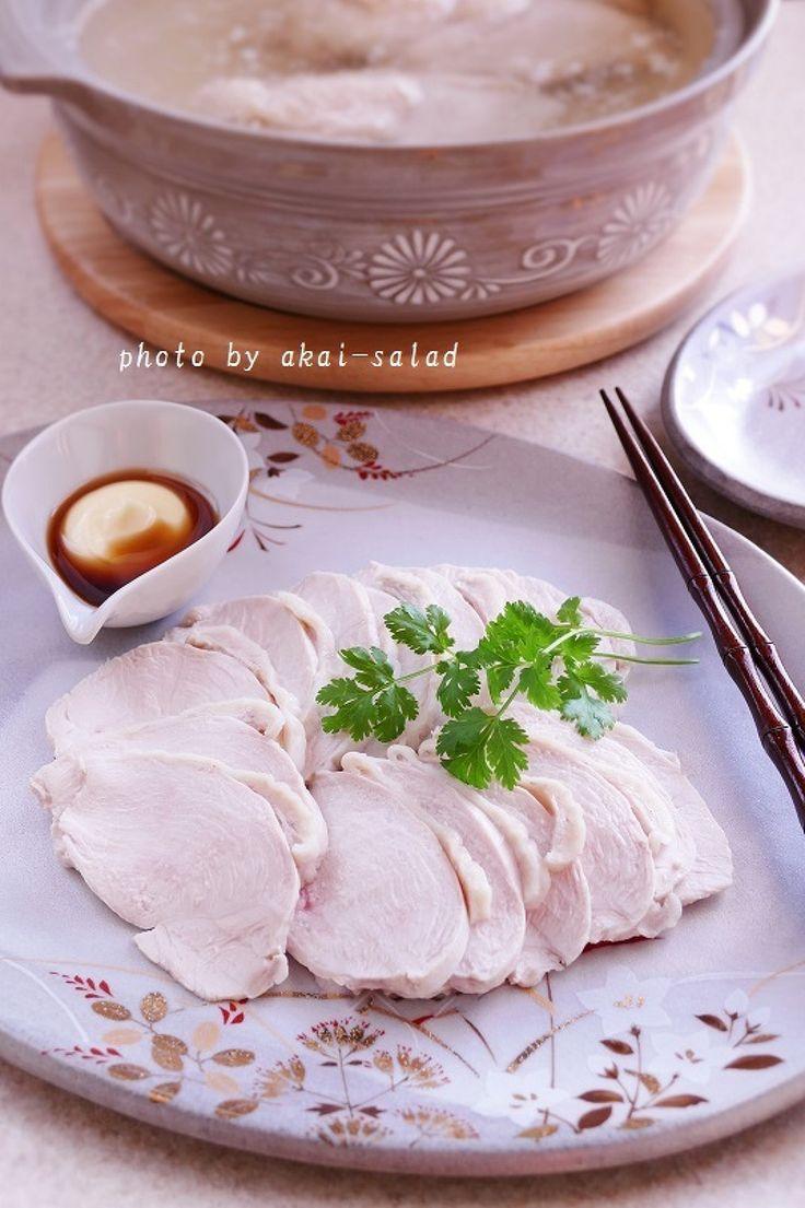 土鍋で2分☆しっとりチキン by 長岡美津恵akai-salad / 鶏むね肉を土鍋で2分だけ加熱しそのまま一晩放置、しっとりチキンの完成です。味は付けていないので和洋中華、お好みのタレで楽しんでいただけます。澄んだゆで汁はお塩を加えるだけで絶品スープの完成 / Nadia