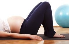Basisübung - Beckenbodentraining: Übungen für Schwangere & frischgebackene Mamis - Legt euch entspannt auf den Rücken, die Beine werden locker aufgestellt. Die Arme liegen neben dem Körper. Versucht jetzt, das Schambein und das Steißbein zusammenzuführen...