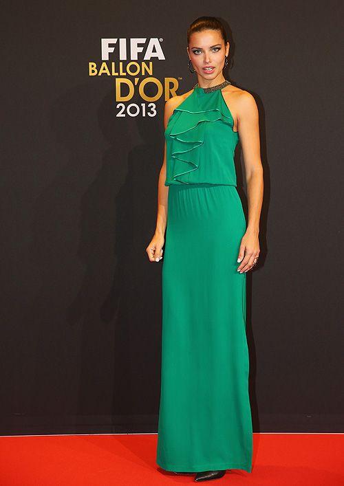 ADRIANA LIMA  La supermodelooptó por un vestido tipo halter color verde esmeralda con olanes en el pecho, pumps negros, pendientes de aros c...