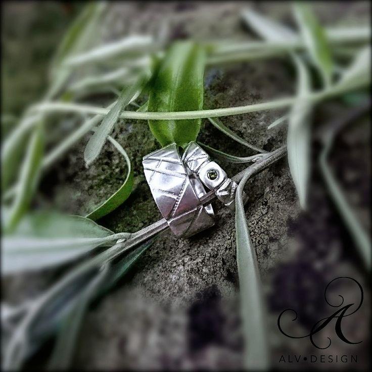 EIR & specialaren EIR GRO - Förlovningsringar, rustika och handarbetade i klassiskt silver med och utan grön diamant 0,05 ct. Design och arbete av konstnär & silverdesigner Anneli och Kenneth Lindström, Alv Design. Välkommen att se mer i vår webbutik www.alvdesign.se 500 kr rabatt vid köp av två ringar!