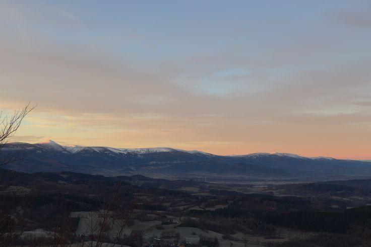 Panorama Karkonoszy widziana z Rudaw Janowickich. Zdjęcie wykonane podczas naszego porannego biegu.