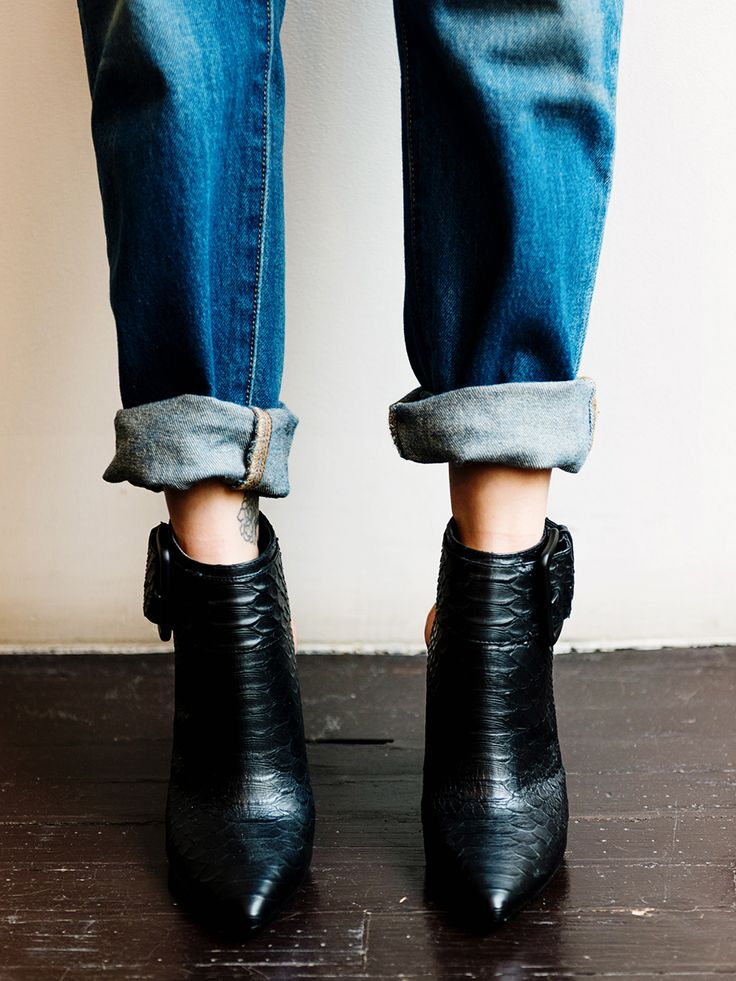 Boyfriend jeans + black booties—you can't go wrong. Jess Hannah is wearing the @levisbrand #501CT. #LadiesInLevis