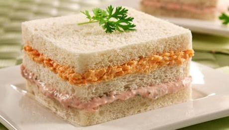"""Sanduíche cremoso de atum e cenoura. sal e pimenta à gosto. Processe ou amasse 1 cenoura grande cozida. Misture com 1 colher de requeijão danúbio ZERO, 1 colher de leite desnatado, e cubra uma fatia de pão sem casca. Processe ou amasse 1/2 lata de atum. Misture 1 colher de maionese*, 1 colher de ketchup e 1 colher de leite, e cubra a outra fatia de pão. Finalize com a ultima fatia de pão * Algumas maioneses """"lights"""" são mais calóricas e tem mais lipídios que outras normais."""
