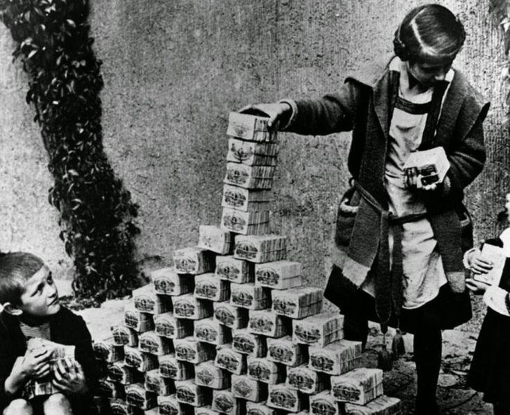 Дети играют пачками денег в период гиперинфляции. Германия, 1922.