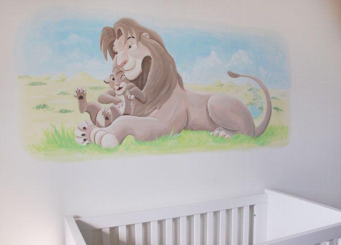 Lion King muurschildering in aangepaste kleur zodat het bij de muur ertegenover past in de babykamer. Gemaakt door BIM Muurschildering.