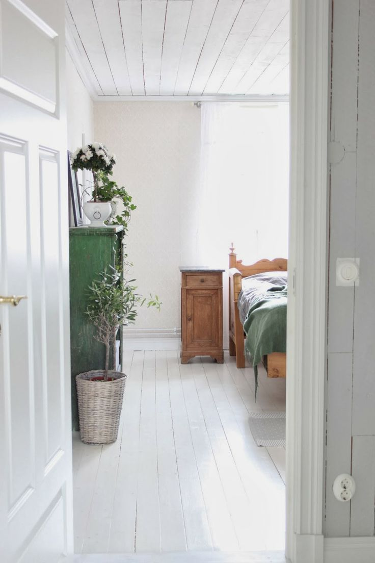 Cottages at Swan Meadow: Oxygen Enriched Garden bedroom with lots of green plants and wood!