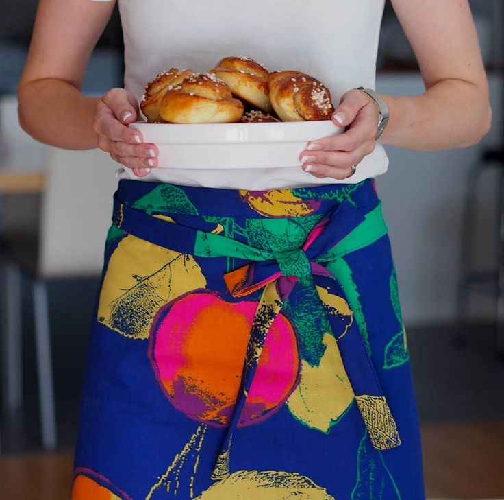 Omppu-kangas, josta loihdit nopeasti vaikka pirteitä keittiötekstiilejä. Yksinkertaisen esiliinan teet ompelemalla neliön mallisen palan yläreunaan pitkän solmimisnauhan.