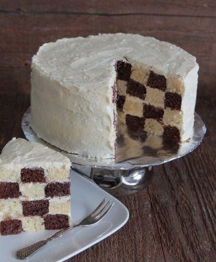 Met de spectaculaire binnenkant van deze #taart verras je iedereen! Als je de #dambord cake aansnijdt zie je namelijk goed de zwarte en witte blokjes zoals op een dambord. De buitenkant van deze cake kun je versieren zoals je zelf wilt. Klik op de afbeelding voor het #recept.