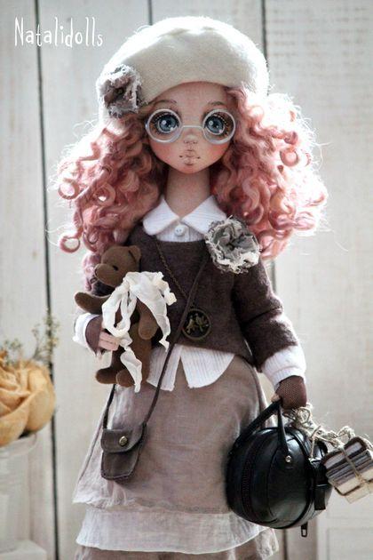 Annabel. Авторская текстильная кукла.Служит украшением интерьера.Одежда несъемная,в ручках проволочный каркас,ножки сгибаются.