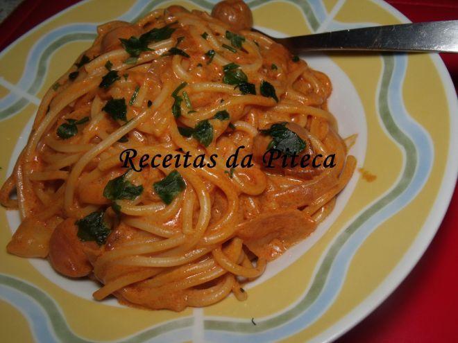 Esparguete com molho de tomate e salsichas