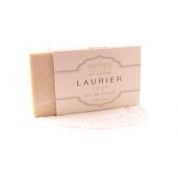 Laurier zeep is pH-neutraal en 100% natuurlijk. Het bevat geen kunstmatige toevoegingen, geen geur- en kleurstoffen, het heeft antisceptische eigenschappen, balanceert en ontvet de vette huid. Laurier olie geeft glans  en volume aan vet haar.