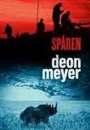 Spåren / Deon Meyer .......Den andra boken med privatdeckaren Lemmer. Berättelsen följer tre spår som skenbart inte har något med varandra att göra. Men de rör alla vid hjärtat av Sydafrika: kriminaliteten och den politiska korruptionen. Lemmer är tillbaka liksom Mat Joubert, f.d. polis som nu ska ta sig an sitt första fall som privatspanare. #deckare