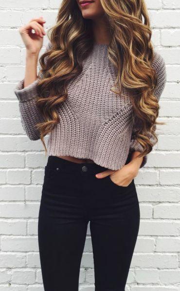 Niedlicher beiläufiger Look – geernteter Pullover, schwarze Skinnies