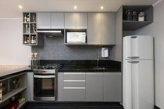 Fim de noite, mas ainda dá tempo de postar uma inspiraçãozinha de leve para não passar o dia em branco: pequena cozinha com armários na cor cinza! Moderno e clean, perfeita para quem gosta de unir simplicidade com toque sofisticado.  Pinterest #blogmeuminiape #meuminiape #apartamentospequenos #inspiração #cozinha #cozinhapequena #cozinhaamericana #decoração
