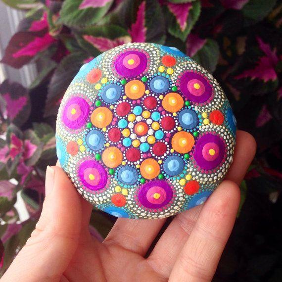 Mandala pintado a mano piedra por HFXrocks en Etsy