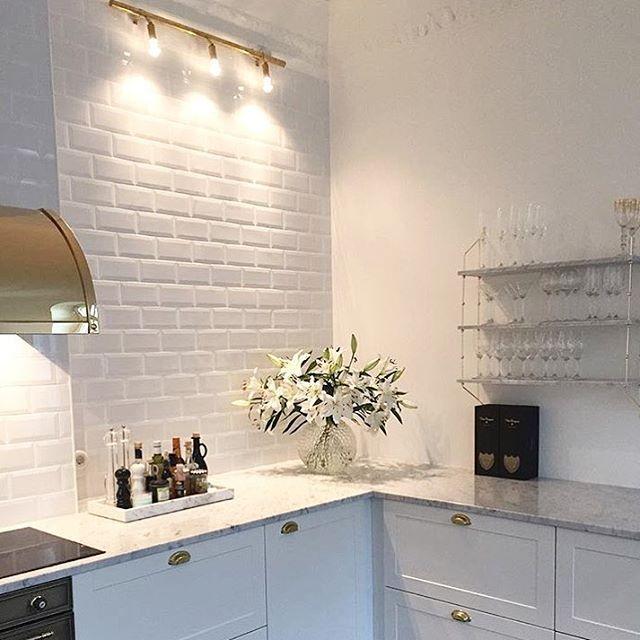 När jag såg bilderna på drömköket hos @nikkan1979 första gången, visste jag direkt att det var så här jag ville att vårt nya kök skulle se ut! (tur att sambon också var med på noterna ) Idag ska jag åka ut till @inredningssten och välja bänkskiva. Vill ju helst av allt ha marmor, men inser att det klokaste trots allt är att välja marmormönstrad silestone! Vi får helt enkelt se var det landar! via ✨ @padgram ✨(http://dl.padgram.com)