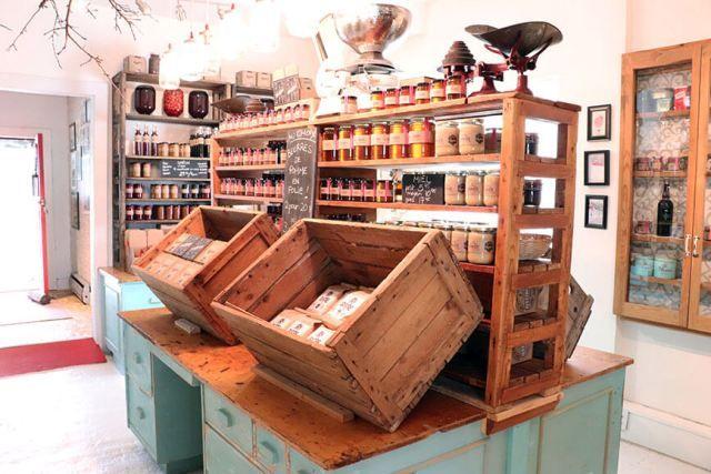 Em Île d'Orleáns, Quebec, encontramos uma loja de geleias feitas com produtos orgânicos, produzidos ali mesmo pela família. O nome desse lugar é Confituterie Tigidou. Nós compramos um mel cremoso e uma caixinha com quatro sabores de geleia: blueberry, framboesa, caramelo e morango. A loja em si é uma graça, toda decorada em estilo rústico. Em volta há macieiras, mas como o tempo estava chuvoso, não conseguimos aproveitar para sentar por ali.