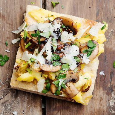 Skivad kokt potatis är otippat gott på pizzan. Tillsammans med andra svenska smaker som skogschampinjoner och persilja är den här potatispizzan en riktig hit. Den som vill toppar med tryffelolja.