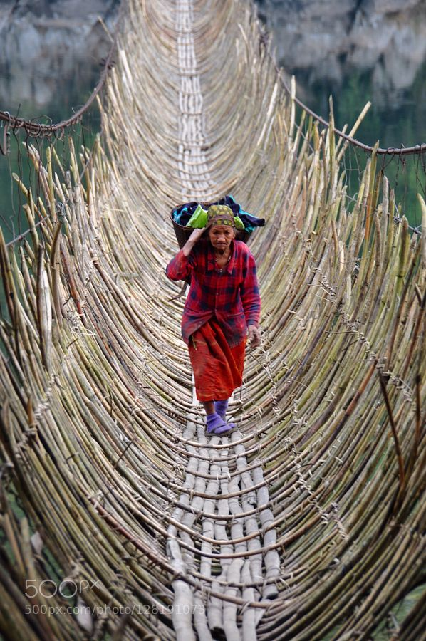 Pont en bambou suspendu au dessus du Bramapoutre. / Hanging bamboo bridge over the Bramaputra. / Inde. / India. / By  Patrick Borgen.