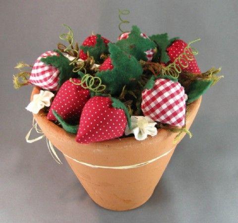 VASO COM MORANGOS - Vaso de cerâmica com florezinhas e morangos de fuxico.