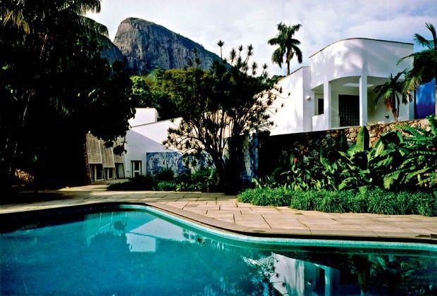 Rio: o jardim tropical e o painel de azulejos assinados por Burle Marx são highlights no Instituto Moreira Salles