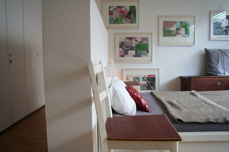 Haus in Heidelberg, Deutschland. Seit zwei Jahren lebe und arbeite ich in einem kleinen, versteckten Bauhaus-Reihenhaus in Heidelberg.  Das Haus liegt im ruhigem Randgebiet und ist hell und offen. Das große Zimmer ist über eine freischwebende Treppe im ersten Stock zu erreichen. ...