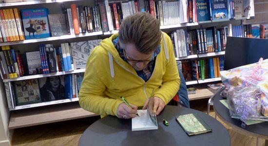 Forfatteren Dennis Gade Kofod lader Bornholm gå under i sin nye roman. Borgmester Winni Grosbøll spørger ham hvorfor