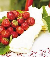 Marängrulle med jordgubbar och grädde - Icakuriren