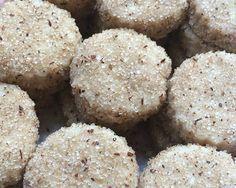 Las Hojarascas son unas galletas muy delicadas y deliciosas tradicionales del estado de Nuevo León. Son un estilo de polvorón, que lleva entre sus ingredientes principales la manteca de puerco, como toda la repostería típica antigua. Existen infinidad de recetas y cada familia asegura tener la mejor. En este caso yo también aseguro que ésta …