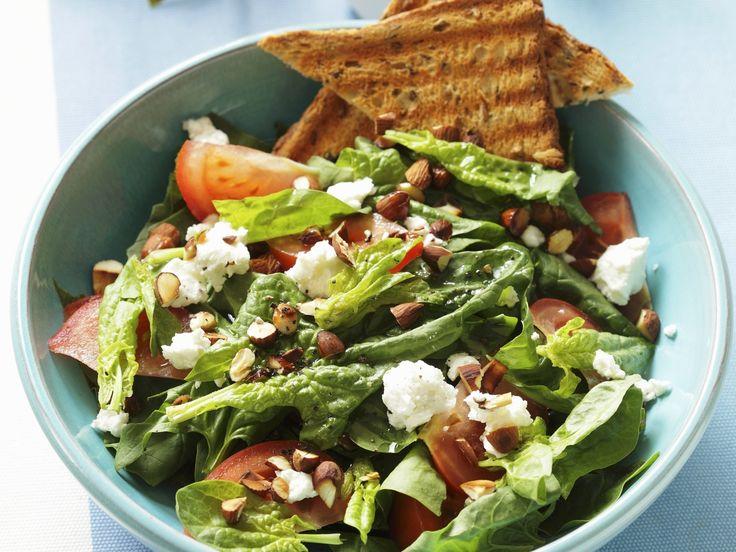 Salat aus Spinat und Ziegenfrischkäse   http://eatsmarter.de/rezepte/salat-aus-spinat-und-ziegenfrischkaese