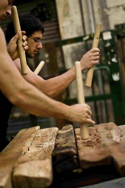 Musicos callejeros tocando el instrumento tradicional vasco TXALAPARTA, San Fermines 2007. Galería de Juan Salvador Serrano